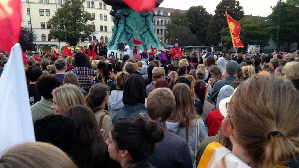 Hundratals demonstranter samlades på Möllevångstorget i Malmö i kväll för att protestera mot SD:s framgångar i valet. Foto: Richard Sseruwagi