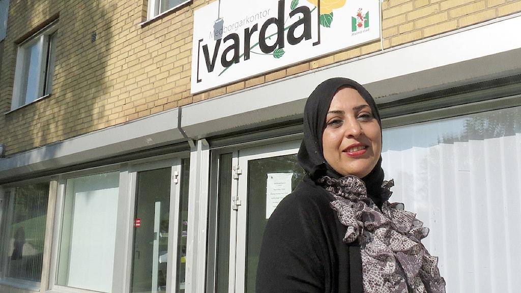 Faten Moussa står utanför medborgarkontoret Varda på Herrgården i Malmö. Foto: Alexander Zeilon Lund/Sveriges Radio