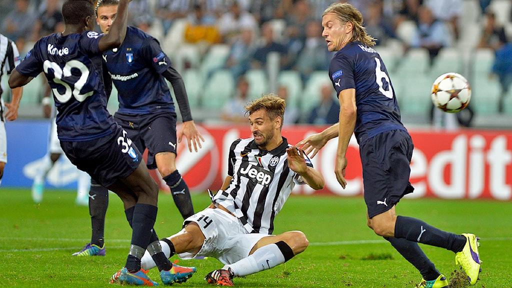 Juventus Fernando Lloriente får bollen förbi Malmös Pa Konate och Markus Halsti under Champions Leaguematchen mellan Juventus och Malmö, på Juventus Stadium i Turin. Foto: Massimo Pinca/TT