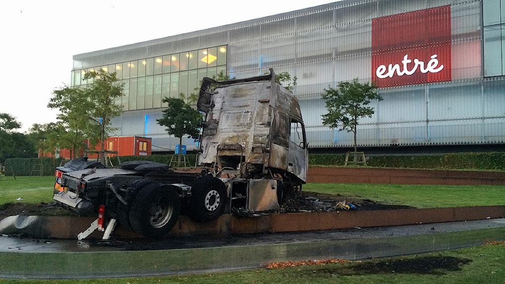 En lastbil fattade eld när den rände in i planteringen vid Entré i Malmö tidigt på onsdagsmorgonen. Foto: Anton Kalm/Sveriges Radio