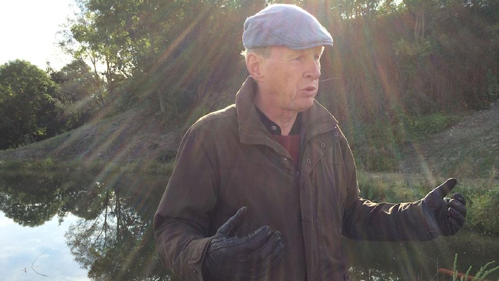 Miljökonsult Stefan Bydén vid en av dammarna