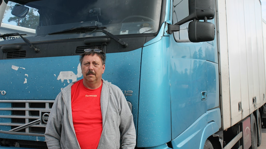 Lastbilschafför Bosse Eriksson från Karlstad tycker att många av de nya bilarna syns för dåligt då de har sina bakljus släckta. Foto: Jens Prytz, P4 Skaraborg Sveriges Radio.