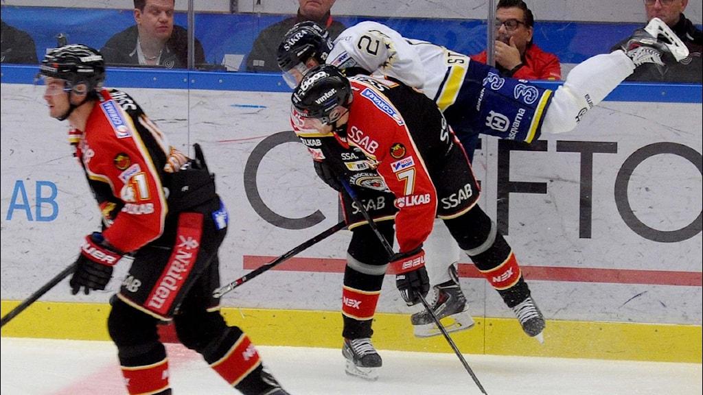 Luleå Hockeys Jan Sandström tacklar HV 71:s Sebastian Strandberg. Foto: Alf Lindbergh/Pressbilder.