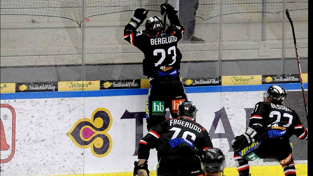 Asplövens Jonas Berglund jublar efter mål i hockeyallsvenskan. Foto: Alf Lindbergh/Pressbilder.
