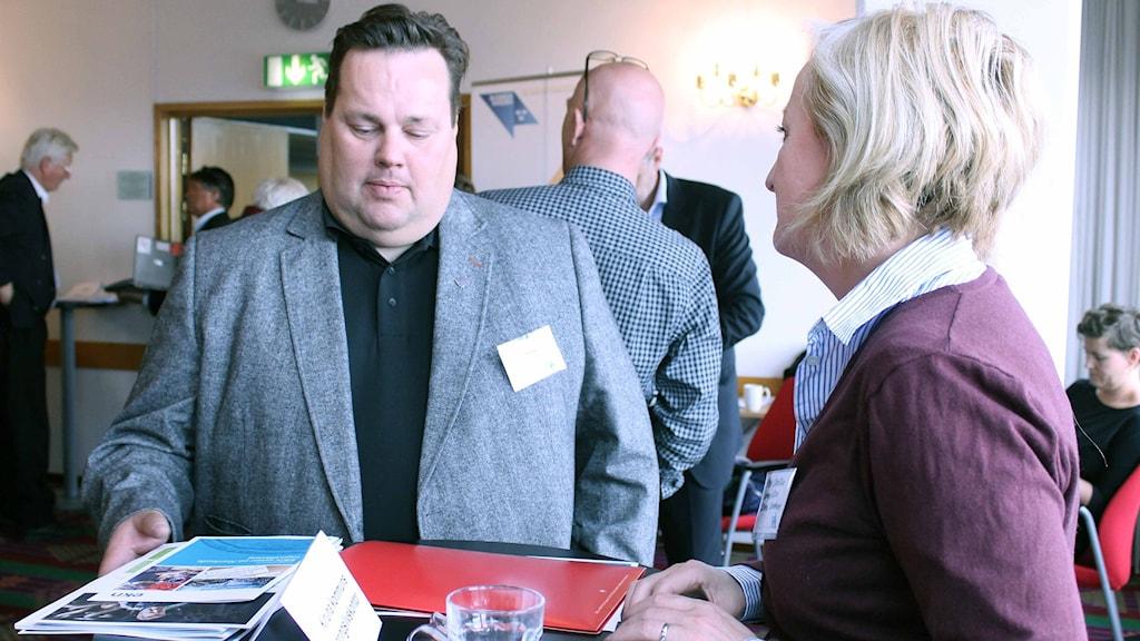 Niklas Pääjärvi från Nybergs mekaniska i Kiruna träffade olika exportaktörer. Foto: Alexander Linder/ Sveriges Radio.
