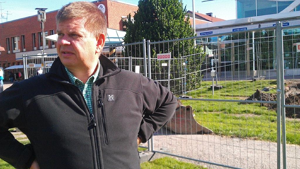 Sven-Erik Lindestam (S) framför almarna som tas upp i Söderhamn. Foto: Agneta Sundberg / Sveriges Radio