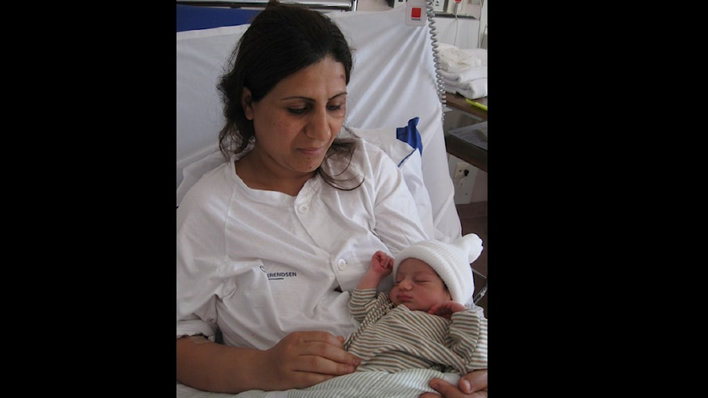 """– """"Jag är glad för vår bebis, och jag är glad för att vi lever. Vi har fått livet tillbaka"""", berättar Samaher Mezban som födde dottern i bilen efter att den kraschat i Forsbacka, med hela familjen. Foto:Mikael Sanner/Sveriges Radio"""